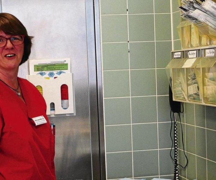 """Manuela Mendein einem Behandlungsraum der Notaufnahme mit entsprechendem""""Werkzeug"""". Foto: Heidrun Budke"""